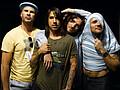 Red Hot Chili Peppers рекламируют свой альбом на улице - Рокеры Red Hot Chili Peppers привлекли известного американского граффитти-художника Тьерри Гетта к …